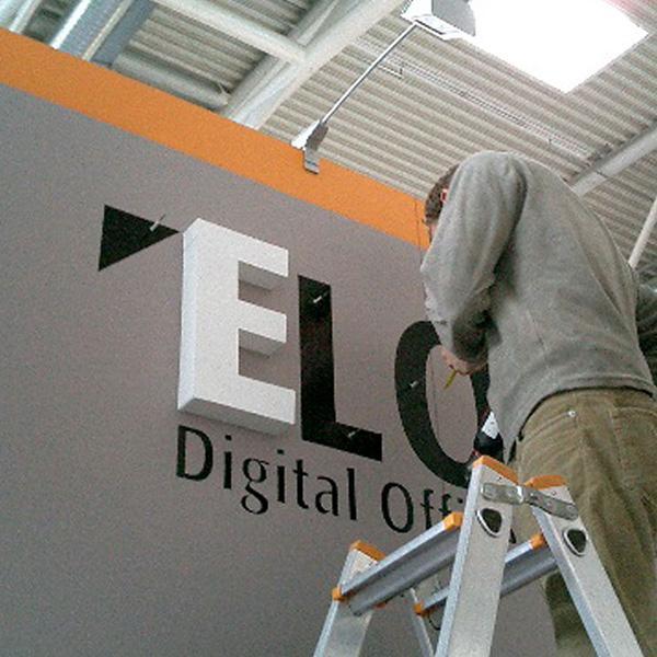 Delafair Aussstellungsbau - Mitarbeiter bei der Installation vor Ort