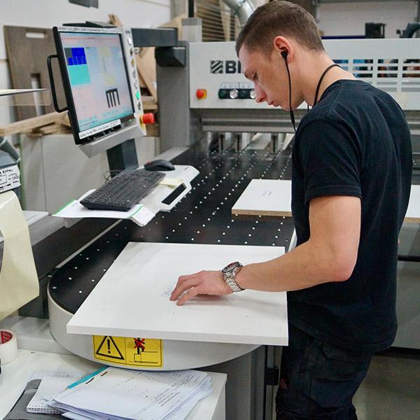 Delafair Fertigung - Tischlerei-Mitarbeiter an Maschine